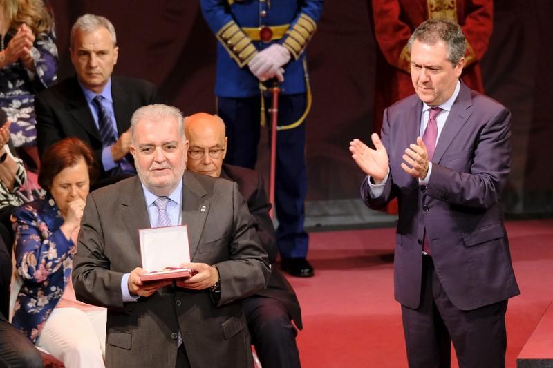 Jesus Contreras recibe del alcalde la Medalla de SEVILLA del Alcalde